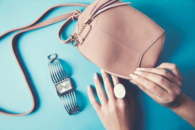 Vrouw hand mode tas, ring en horloge