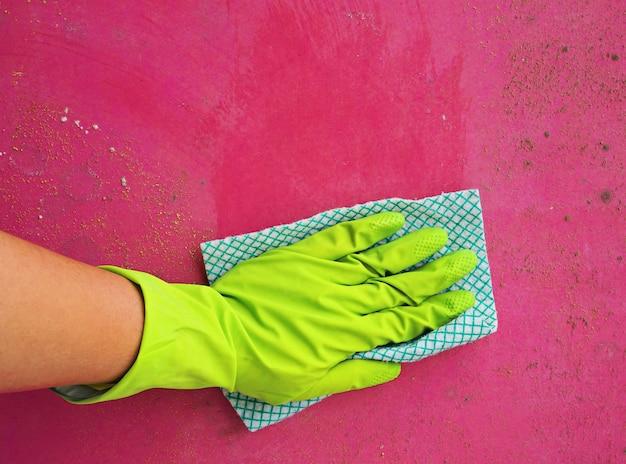 Vrouw hand schimmel schoonmaken