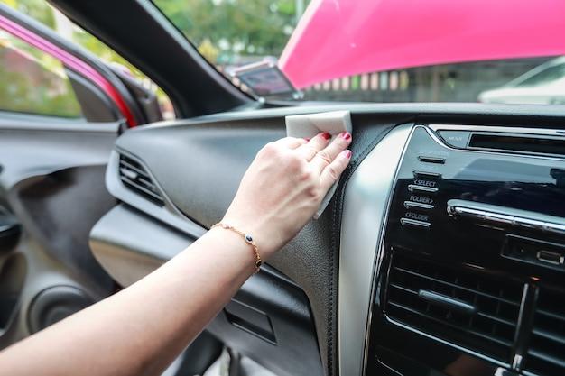 Vrouw hand schoonmaak auto