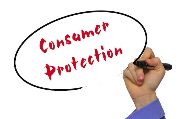 Vrouw hand schrijven consumentenbescherming op leeg transparant bord met een marker geïsoleerd op witte achtergrond. bedrijfsconcept. stock foto