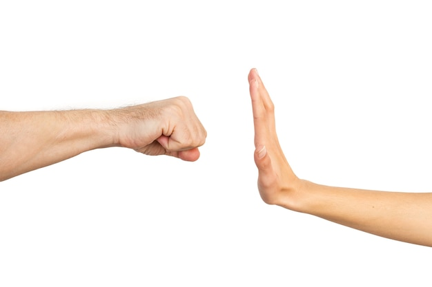 Vrouw hand stoppen met een man vuist op een witte achtergrond. gendergeweld