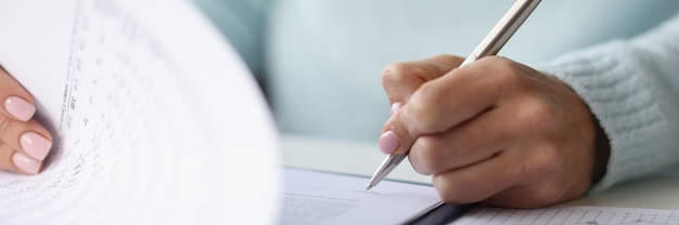 Vrouw hand zet handtekening op documenten. document ondertekenen concept