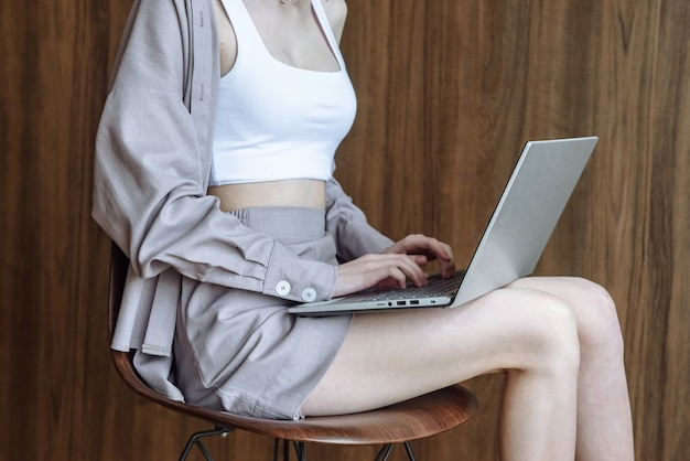Vrouw handen afdrukken op laptop, met behulp van internet en technologie