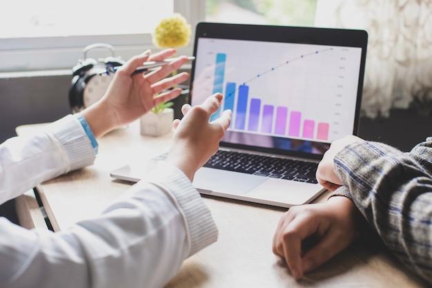 Vrouw handen doen presentatie aan collega's over bedrijfsstrategie op kantoor