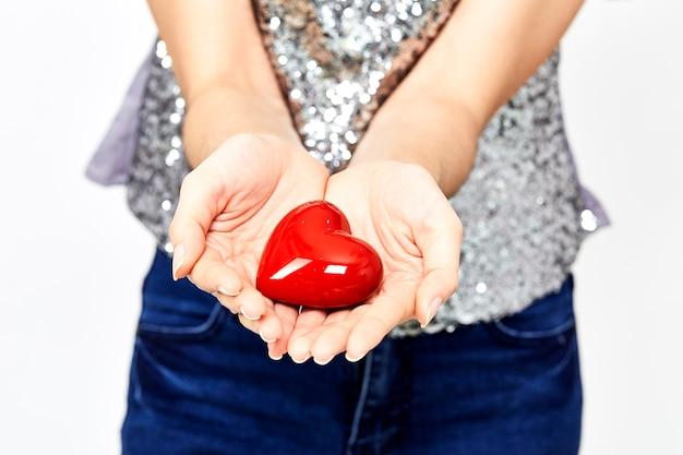 Vrouw handen geven hart liefde en delen concept