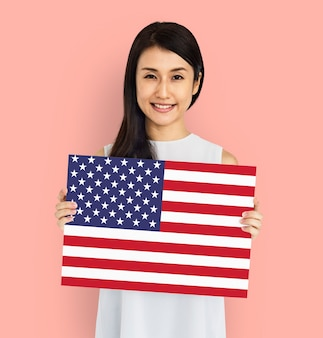 Vrouw handen houden amerikaanse vlag patriottisme