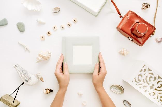 Vrouw handen houden fotoalbum