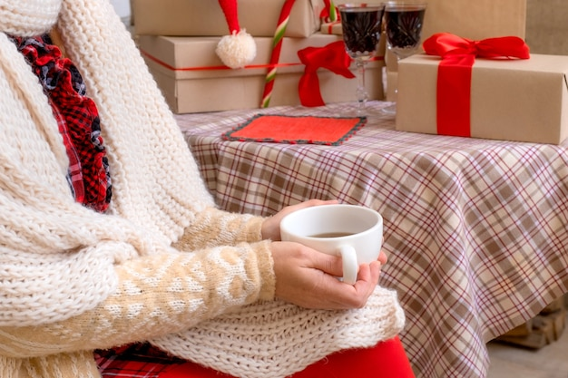 Vrouw handen houden kopje thee of koffie