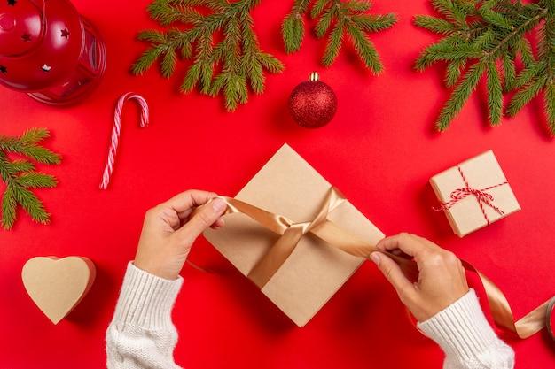 Vrouw handen inpakken, kerstcadeautjes inpakken