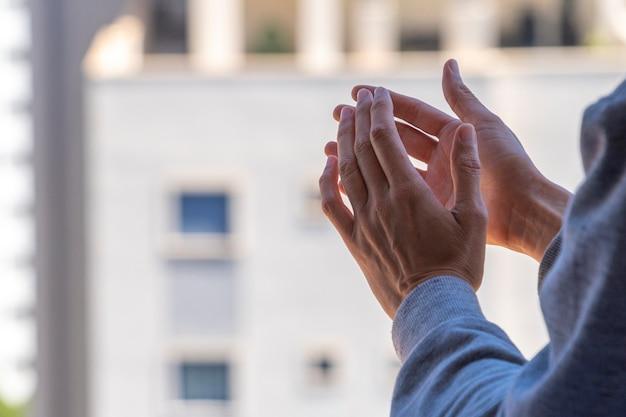 Vrouw handen klappen, applaudisseren vanaf balkon