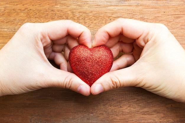 Vrouw handen maken een hartvorm