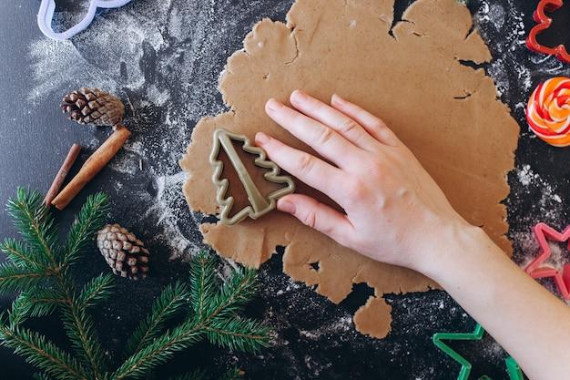 Vrouw handen maken gember gebak, koekjes snijders