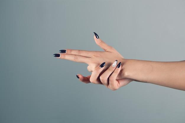 Vrouw handen maken pistool gericht gebaar