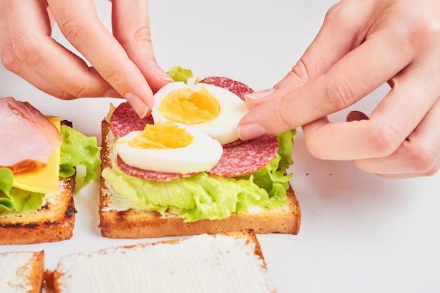 Vrouw handen maken sandwich