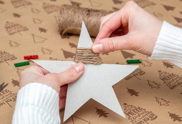 Vrouw handen maken van een kerst versiering