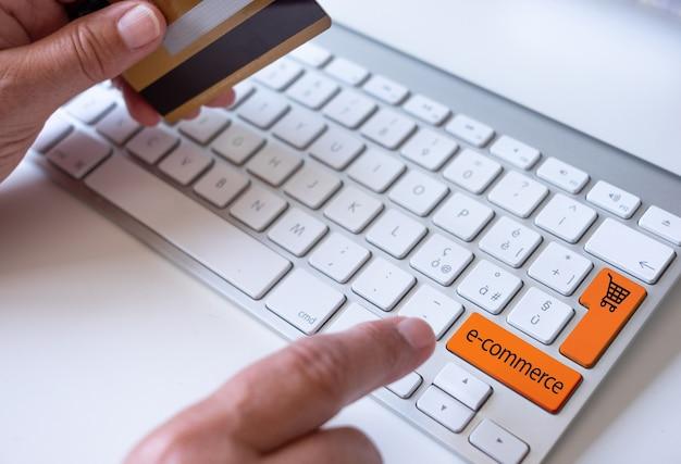 Vrouw handen met creditcard met behulp van computer voor online winkelen, e-commerce, zakgeld, koper, consument, technologie