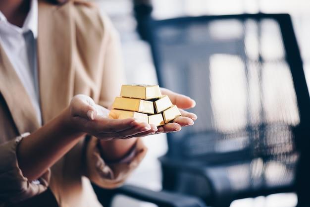Vrouw handen met gouden passementen