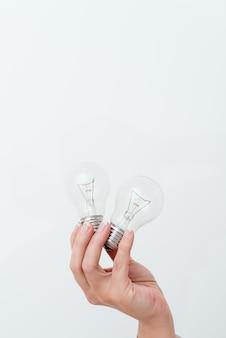 Vrouw handen met lamp met ideeën voor project, man palm met bollen en nieuwe technologieën, twee helden gloeilampen met een andere mening.