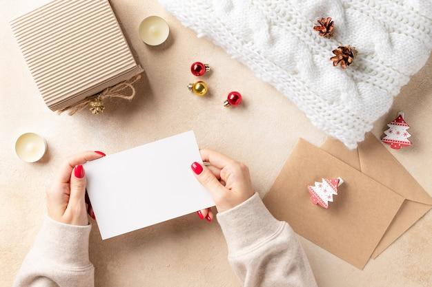Vrouw handen met lege kaart en kerstversiering