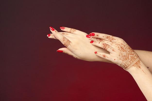 Vrouw handen met mehndi