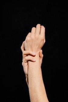 Vrouw handen met verschillende gebaren op zwart