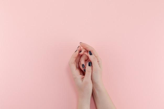 Vrouw handen met zwarte manicure