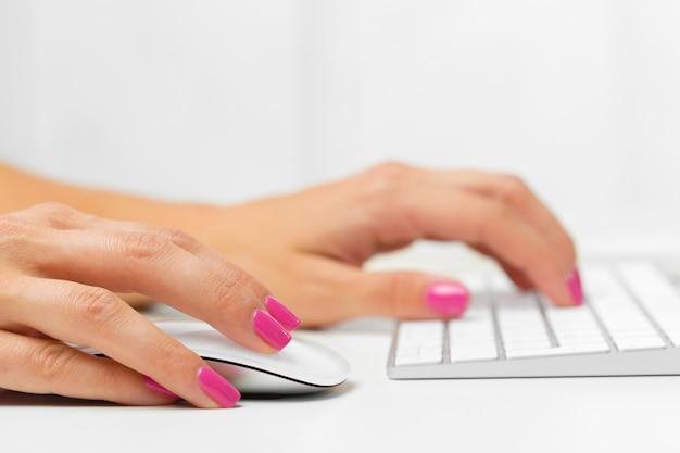 Vrouw handen op een toetsenbord