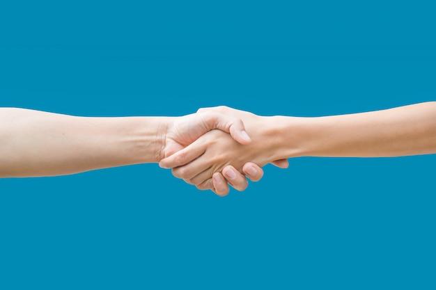 Vrouw handen schudden geïsoleerd op blauw
