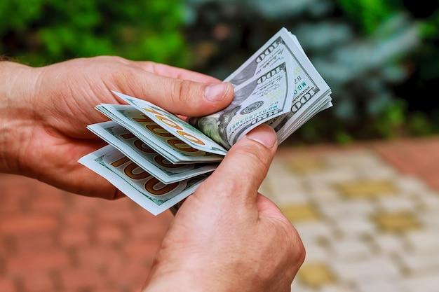 Vrouw handen tellen ons dollar biljetten. geld tellen of uitgeven.