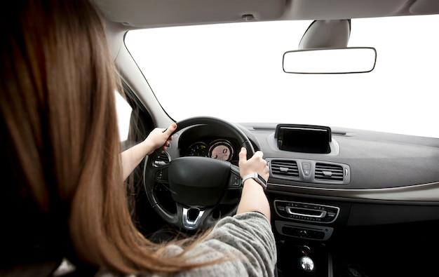 Vrouw handen van een bestuurder op het stuur van een auto