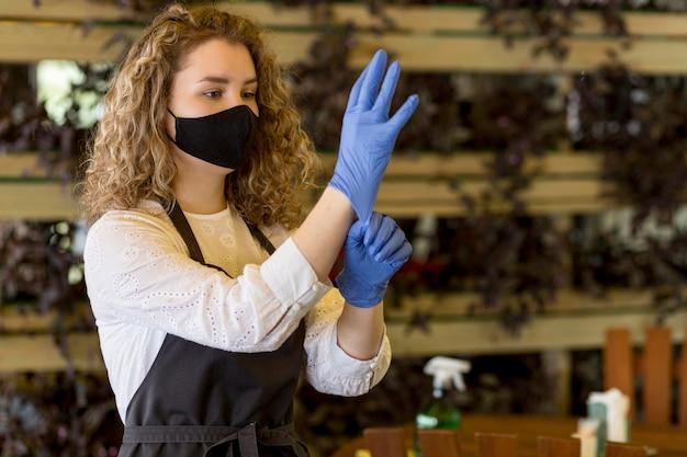 Vrouw handschoenen aantrekken