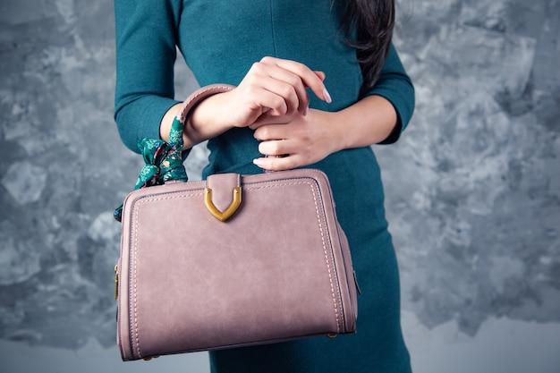 Vrouw handtas op donkere achtergrond