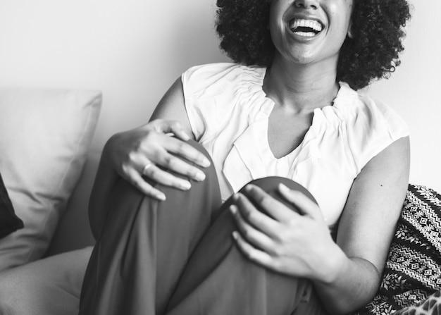 Vrouw hardop lachen met geluk