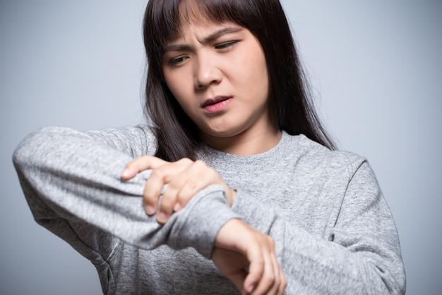 Vrouw heeft armpijn