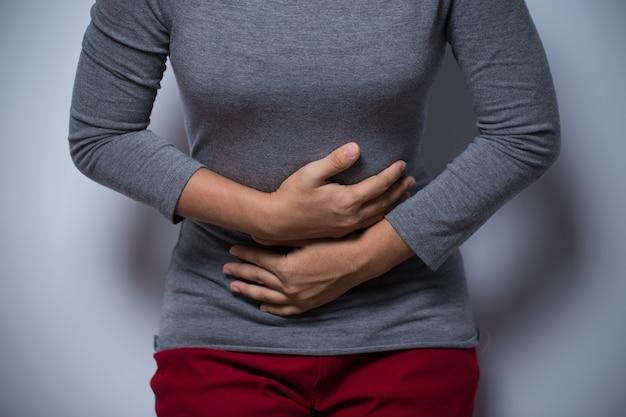 Vrouw heeft buikpijn