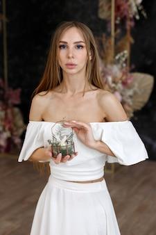 Vrouw heeft een kist met ringen in haar handen