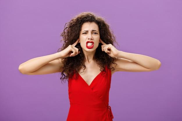 Vrouw heeft genoeg van het horen van vloekende woorden en ruzies op haar beurt portret van ontevreden onzekere en ...