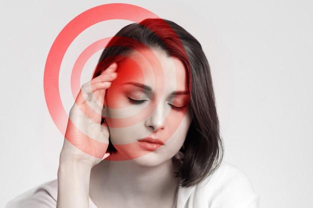 Vrouw heeft hoofdpijn of migraine. hoofd pijn concept.