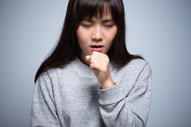 Vrouw heeft keelpijn
