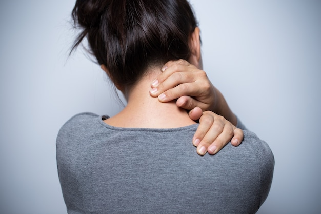 Vrouw heeft nekpijn