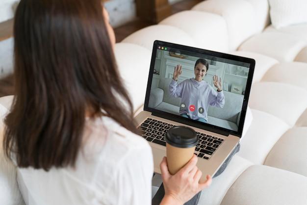 Vrouw heeft online een zakelijke bijeenkomst op haar laptop