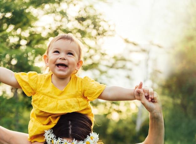 Vrouw heeft plezier met schattige kind baby meisje.