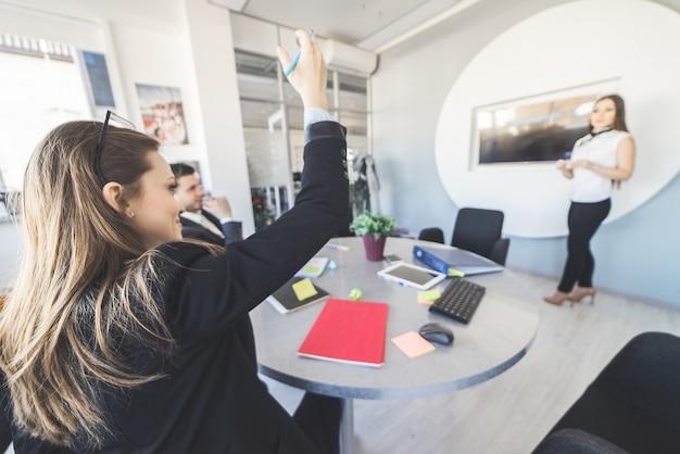 Vrouw heeft vraag in presentatietijd, kantoor