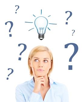 Vrouw heeft vraag naar idee over witte achtergrond