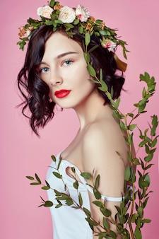 Vrouw heldere zomer bloemen krans op hoofd