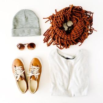 Vrouw herfst en winterkleren collage op wit Premium Foto