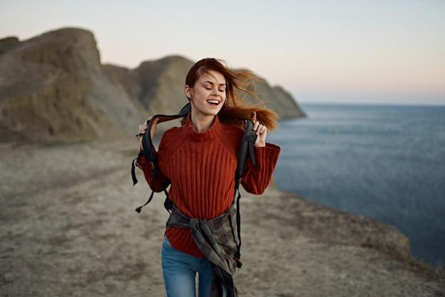 Vrouw herfst landschap bergen zee strand rugzak