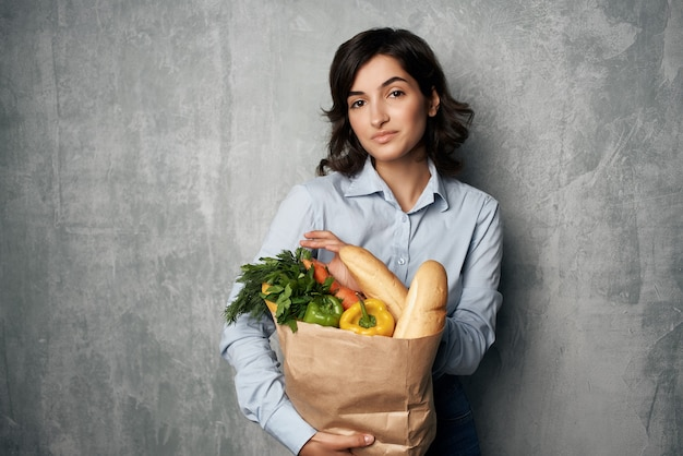 Vrouw herfst shirts pakket met boodschappen gezonde voeding supermarkt