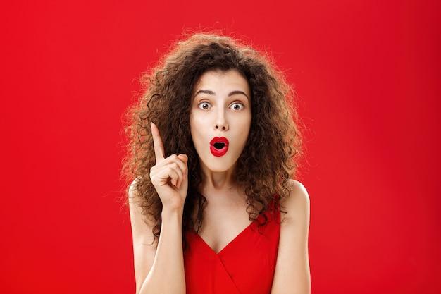 Vrouw herinnerde zich belangrijke informatie, voelde zich opgewonden en voegde suggestie toe met opgeheven wijsvinger in...