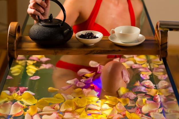 Vrouw het baden in kuuroord met kleurentherapie